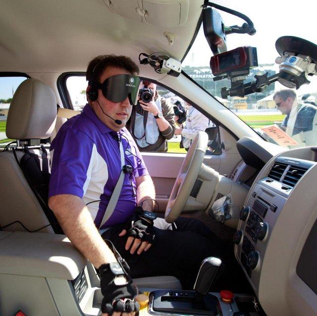 Водитель без зрения на гоночной трассе (10 фото)