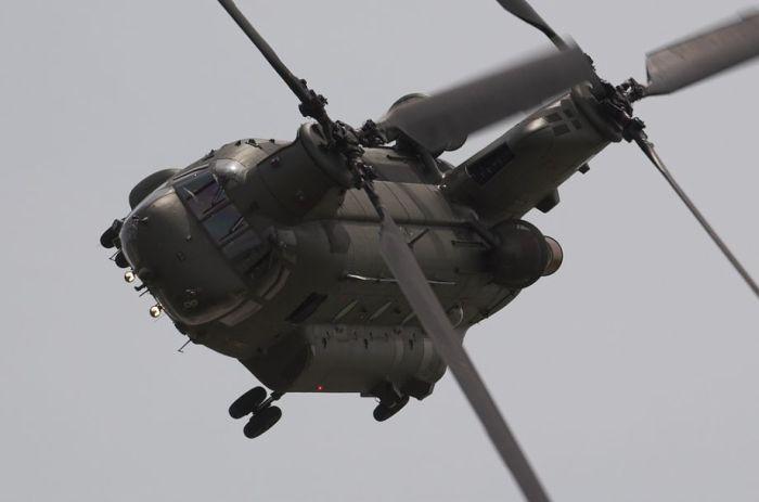 Снимки двухвинтового вертолета во время полета