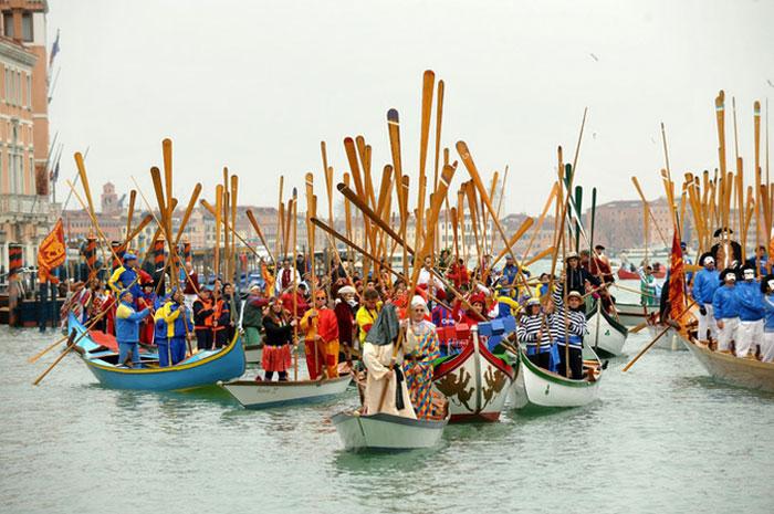 Парад гондол и гондольеров Венеции