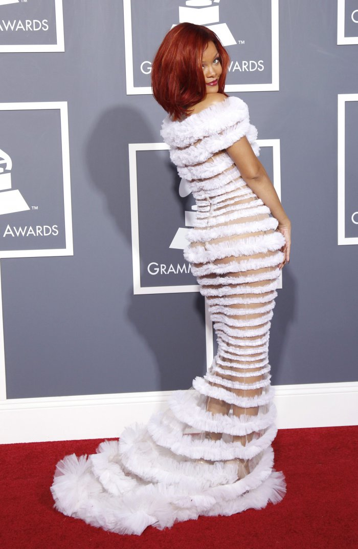 Рианна в шикарном платье (23 фото)