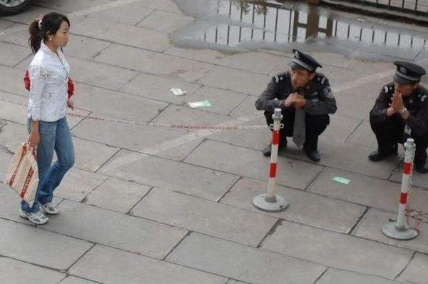 Китайские полицейские бдят за порядком (4 фото)