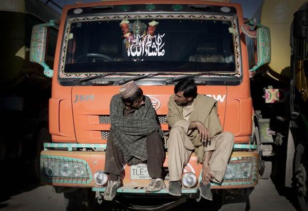 Будни водителей автоцистерн в Афганистане (13 фото)