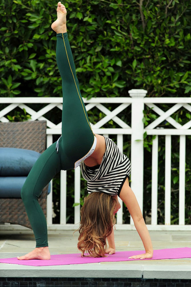 Кармен Электра занимается йога