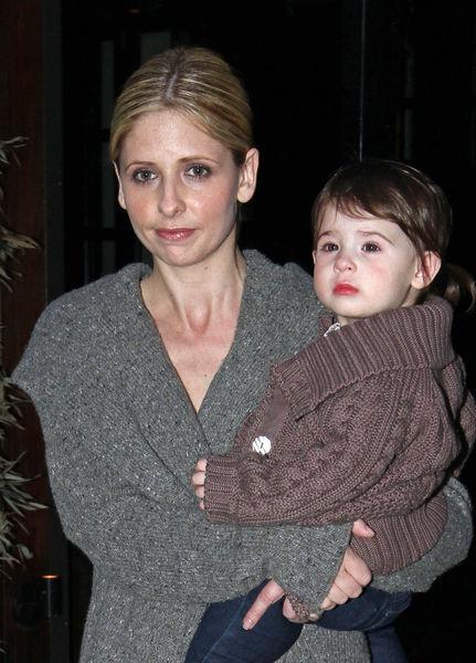 Сара Мишель Геллар и ее дочка на съемках фильма ( 4 фото)
