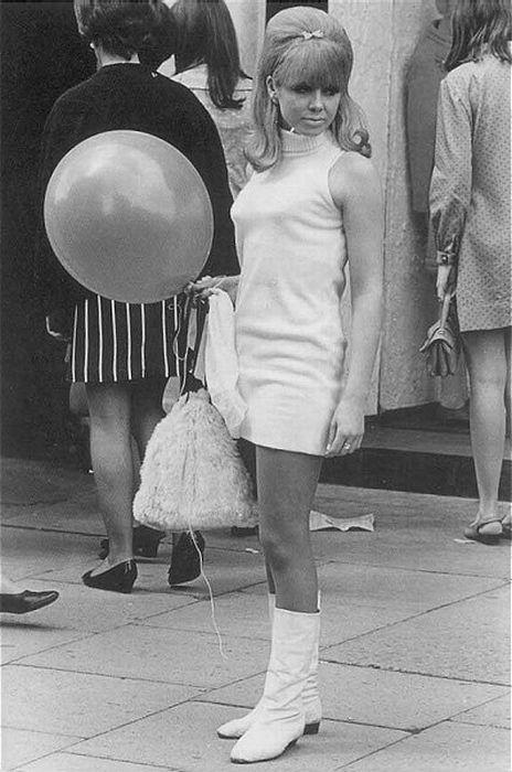 Ретро-фотографии девушек в мини-юбках.