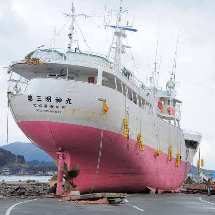 Корабли, выброшенные на сушу цунами в Японии