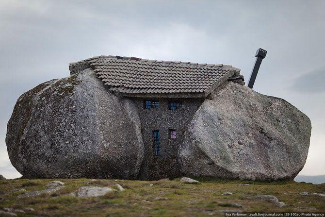 Дом между камнями