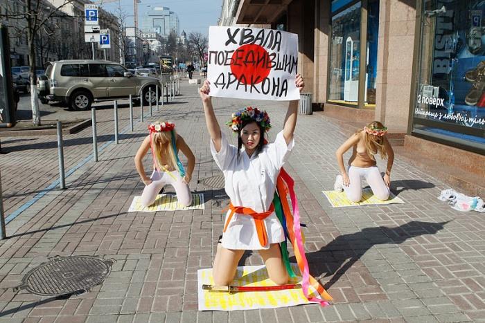 Акция FEMEN в поддержку японского народа