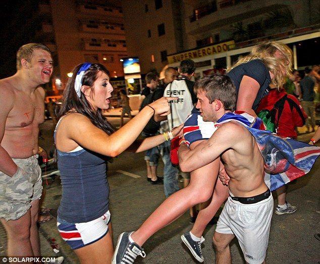 Как английские студенты отдыхают в Испании (17 фото)