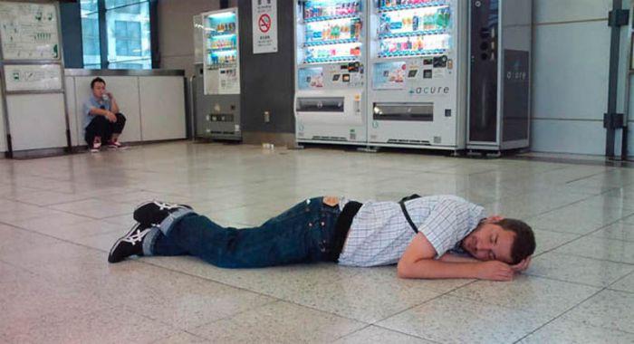 Люди спящие в неожиданных местах (16 фото)