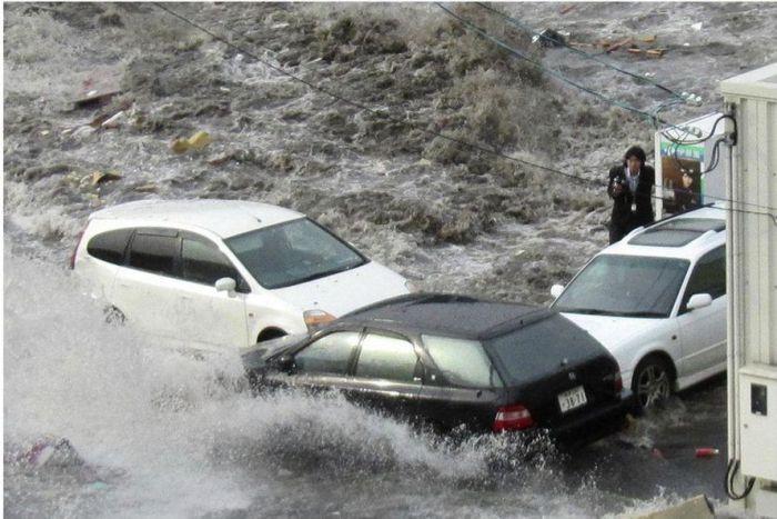 Японский репортер в эпицентре цунами (5 фото)