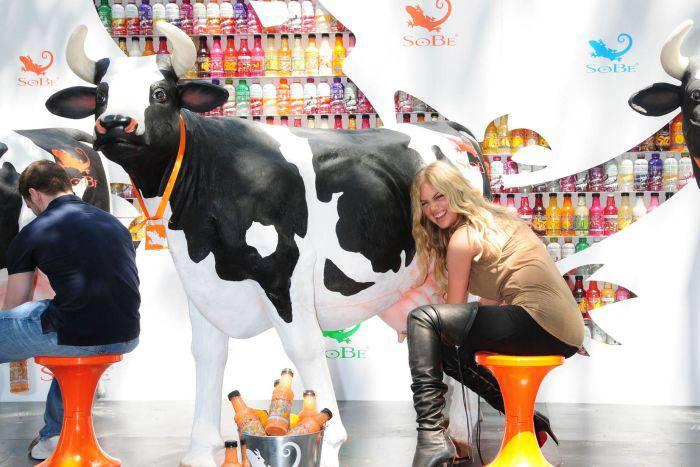 Кейт Аптон доит корову (8 фото)