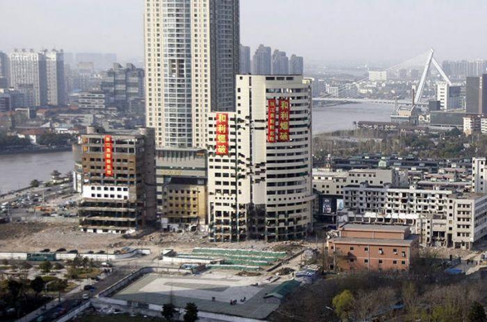 Впечатляющий снос китайских зданий (8 фото)