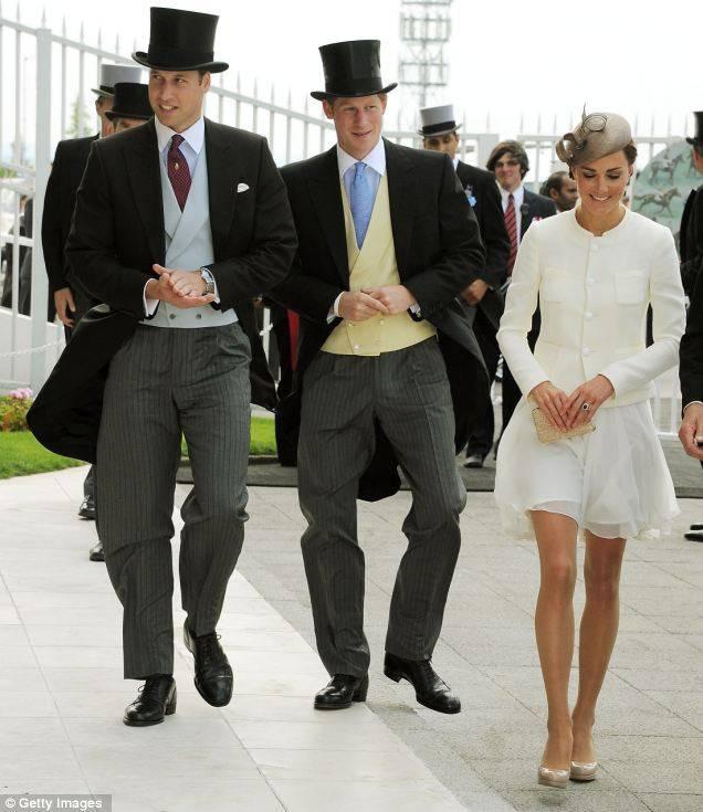 Кейт с королевской семьей на скачках