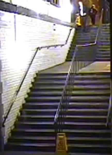 Пьяный парень упал с лестницы (9 фото)