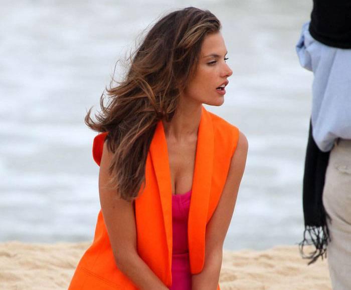 Алессандра Амбросио на пляже (5 фото)