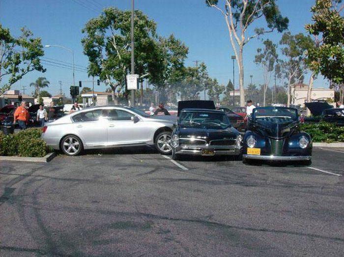 Lexus GS врезался в раритетные машины