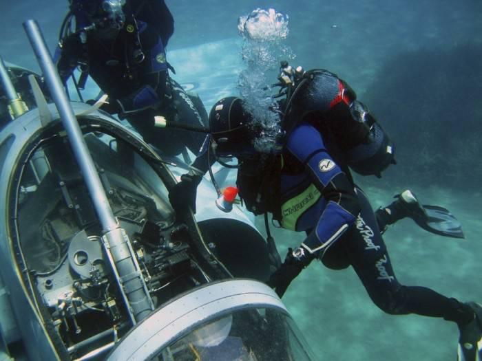 Самолет-истребитель со дна моря (5 фото)