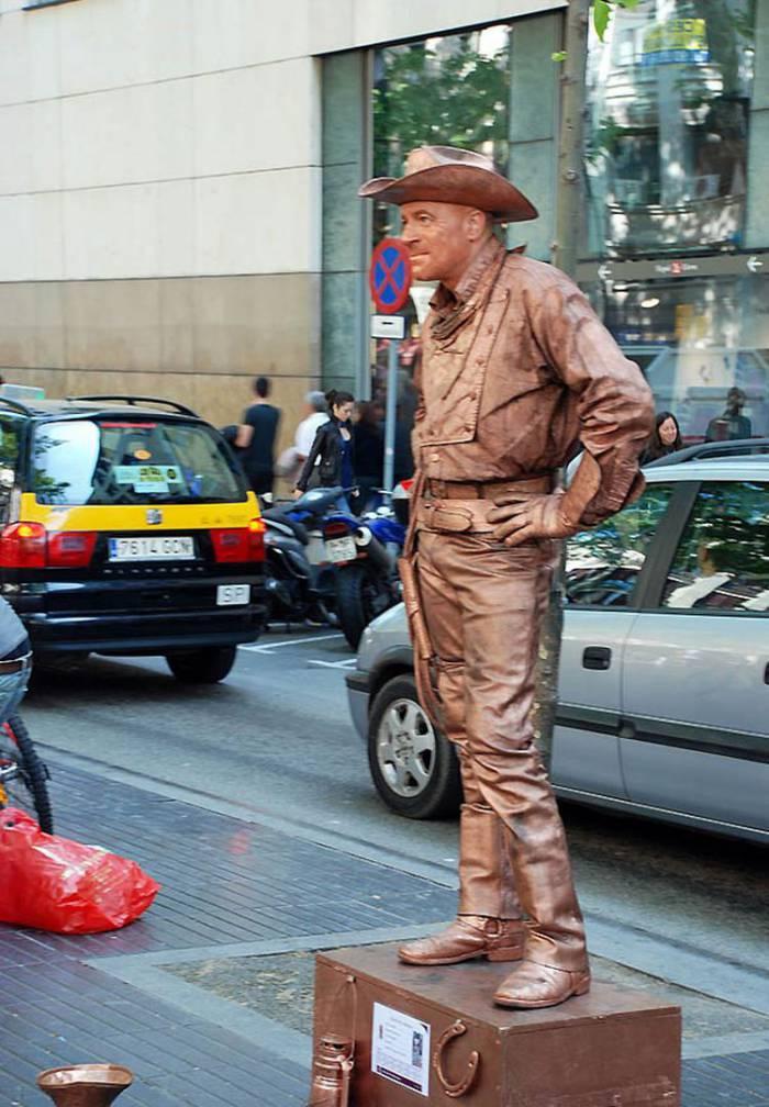 Живые статуи на улице Барселоны