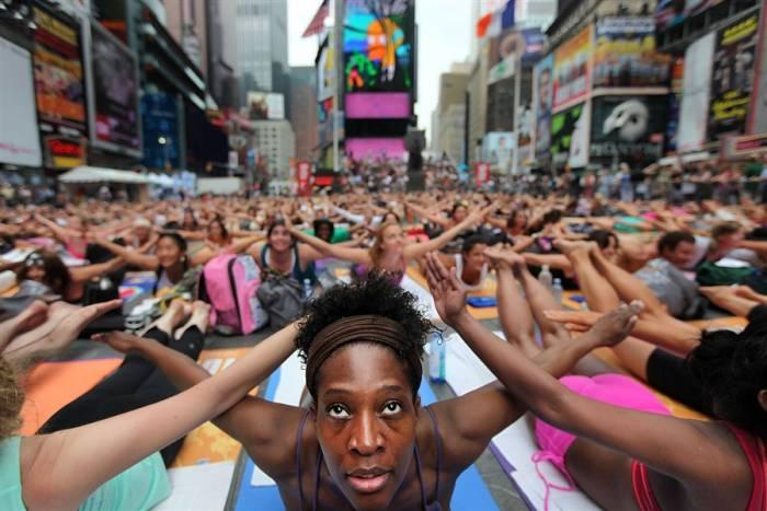 Йоги на прощади Таймс Сквер (5 фото)