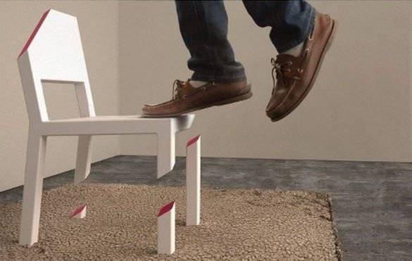 Почему не падает стул ? (3 фото)
