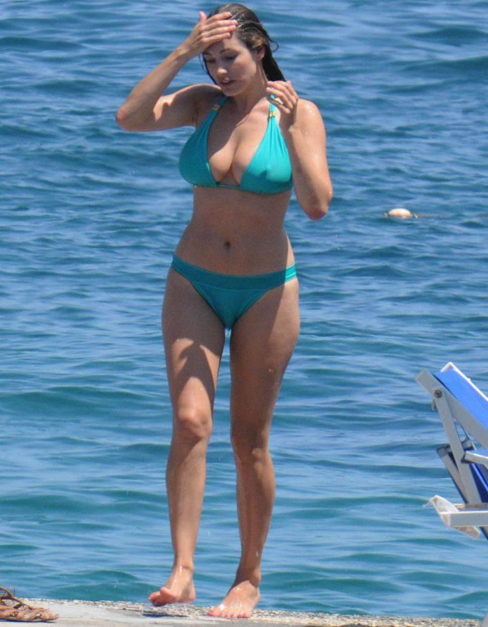 Жена в бикини на пляже фото