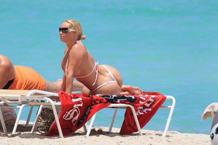 Попа коко на пляже