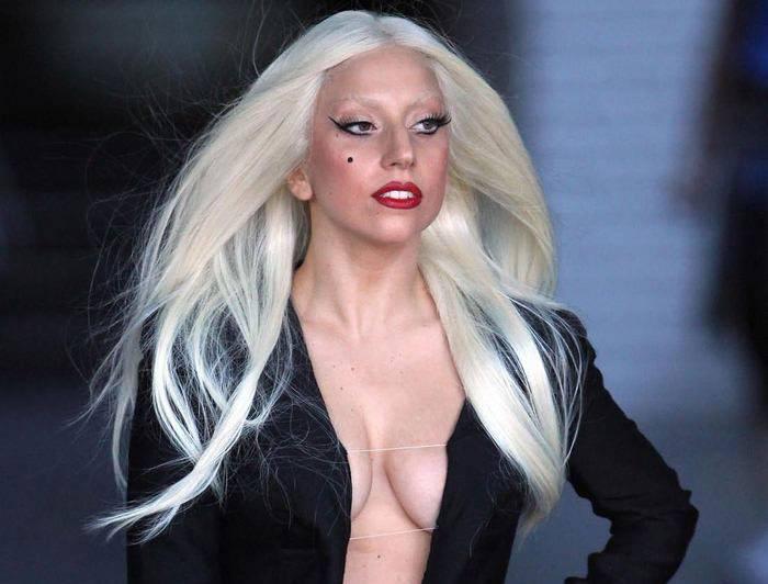 Леди Гага в платье с глубоким декольте (12 фото)