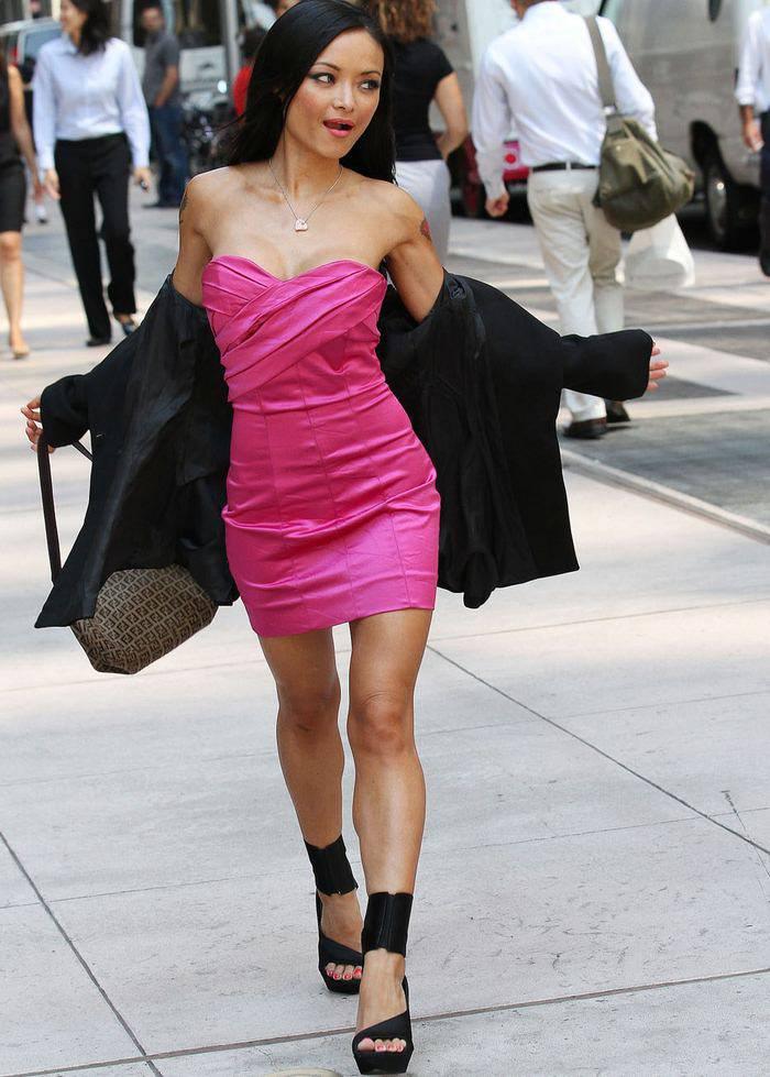 Тила Текила в коротком розовом платье (5 Фото)