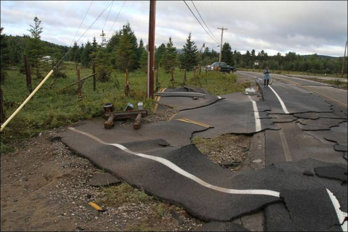 Дорога после урагана (2 фото)
