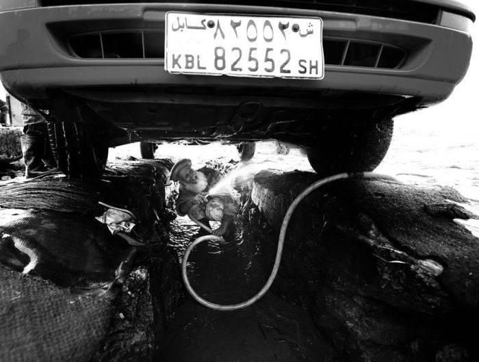 Как моют машины в Афганистане (20 фото)