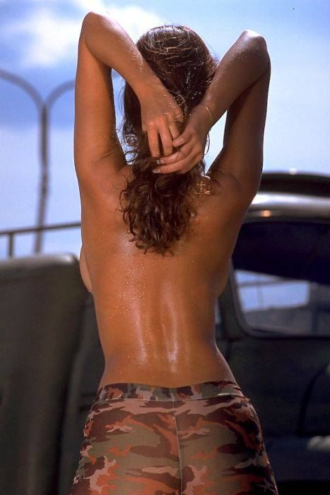 Девушки показывают свою грудь со спины