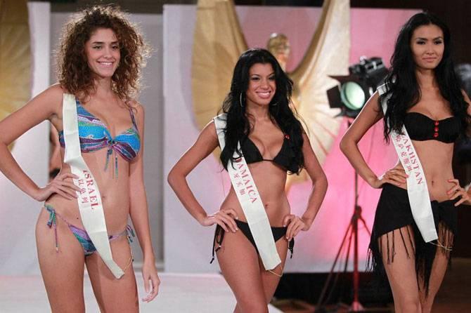 Конкурсантки с «Мисс Мира 2011» в купальниках