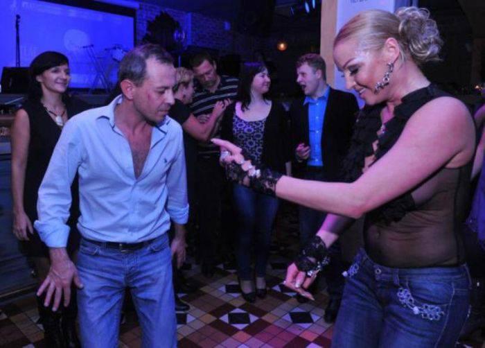 Подвыпившая Волочкова на вечеринке (5 фото)