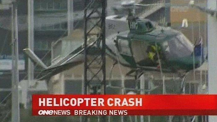 Рождественская ёлка спасла пилота вертолёта (7 фото)