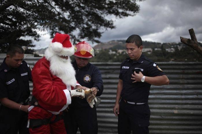 Санта Клаус в работе (8 фото)