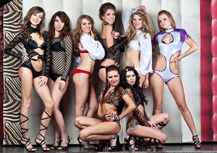 Девушки закончившие школу танцев Go-Go