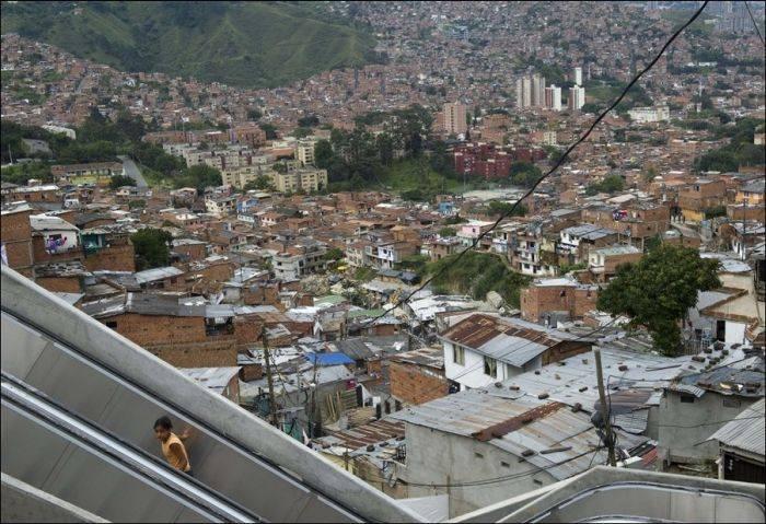 В колумбийских трущобах появились эскалаторы (5 фото)