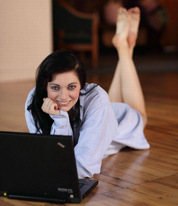 Девушки, которые никогда не расстаются со своими ноутбуками (25 фото