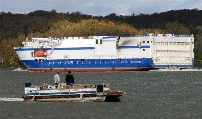 Грузовое судно врезалось в опору моста (8 фото)