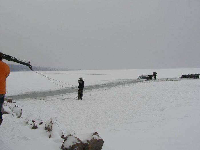 Утопленные Hummer H2 в озере Балатон (12 фото)
