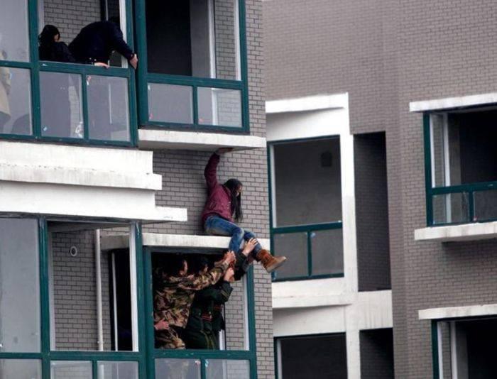 Спасение девушки-самоубийцы (5 фото)