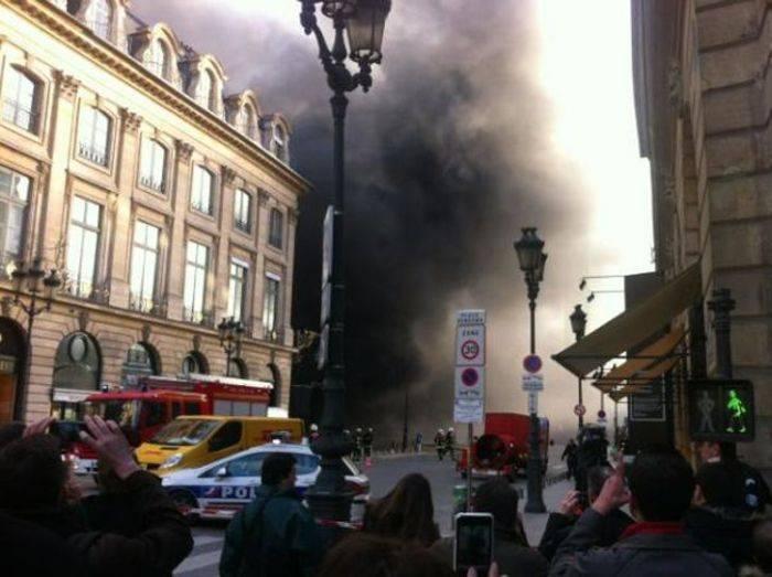 Пожар на многоуровневой парковке в Париже (11 фото)