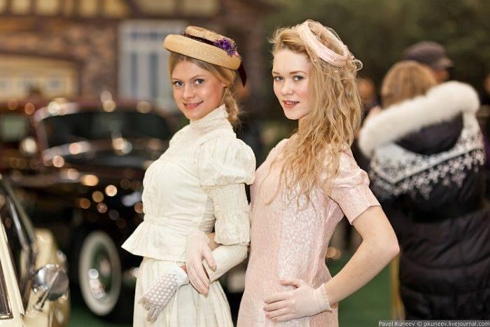 Очаровательные девушки на фоне олдтаймеров (35 фото)