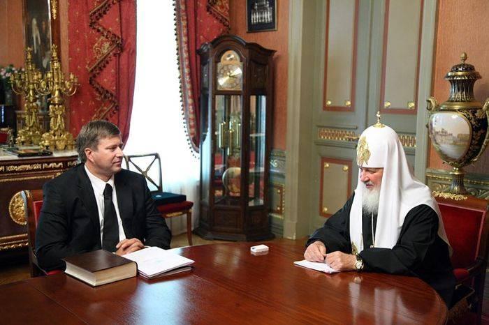 Зафотошопили часы на руке патриарха Кирилла (4 фото)