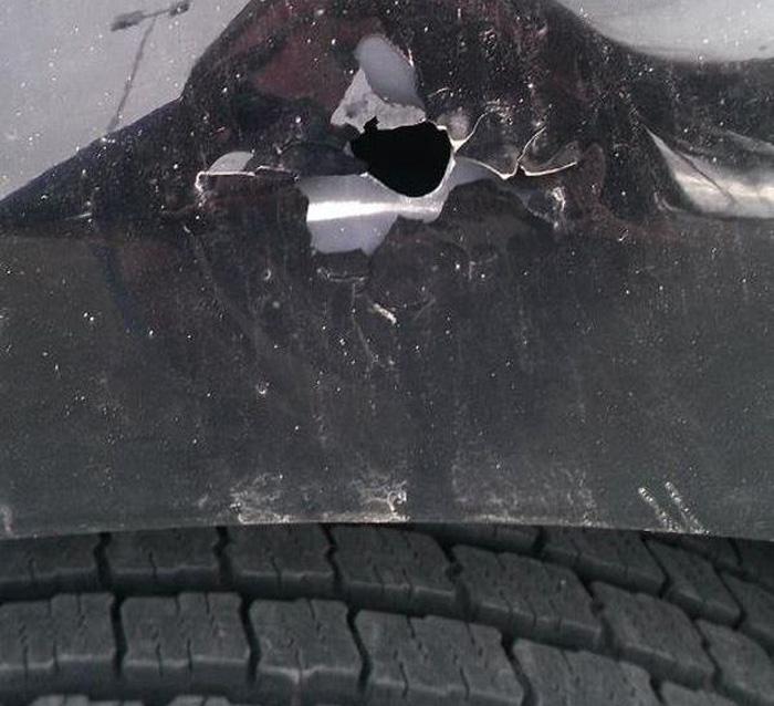 Шальная пуля попала в автомобиль (4 фото)