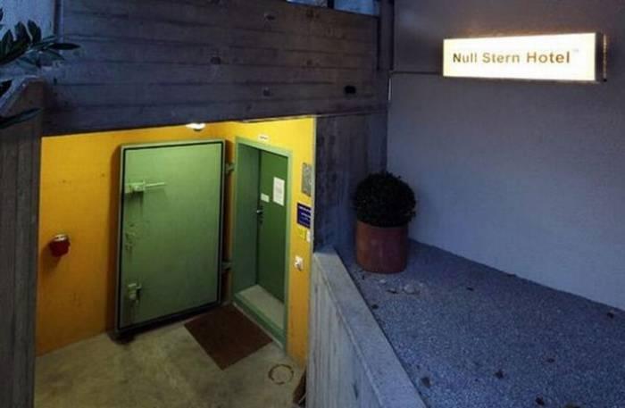 В Швейцарии открылся первый в мире нулезвездочный отель (7 фото)
