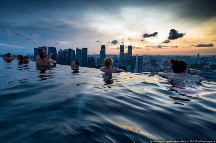 Отель Marina Bay Sands с бассейном под облаками