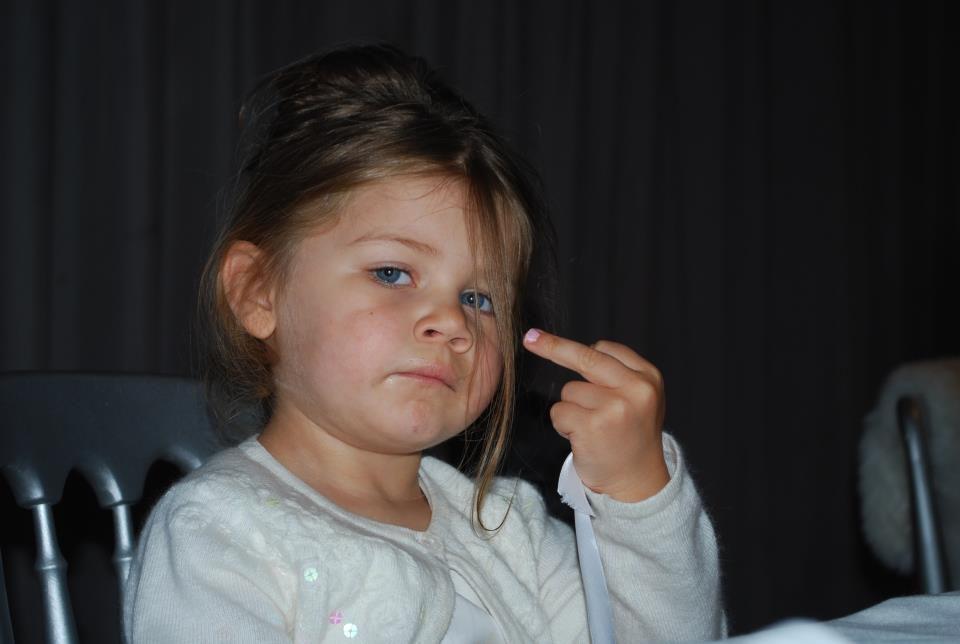Маленькая девочка показывает фак картинка