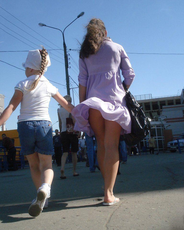 Девушки и ветер под юбки